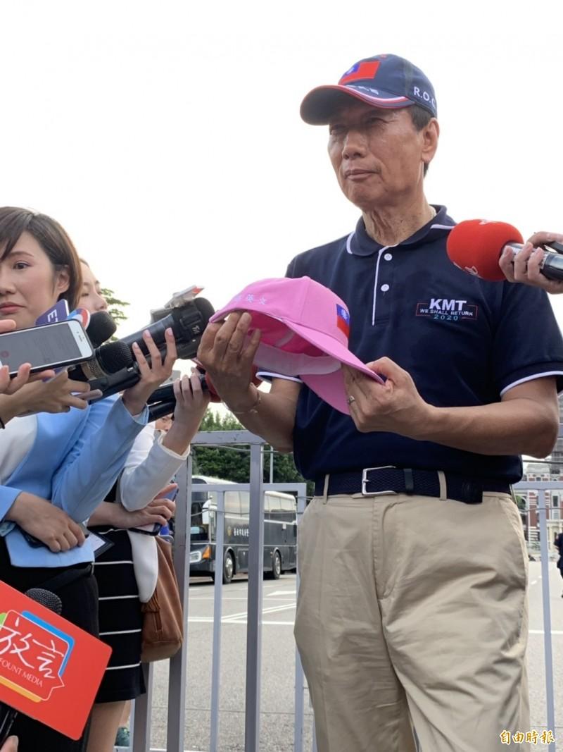 國民黨總統初選參選人郭台銘日前拿著「粉紅國旗帽」,宣稱要送給總統蔡英文出訪時戴。(資料照,記者卓怡君攝)