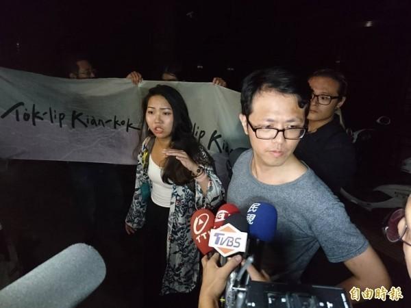 陳俞璋因高舉寫有「TAIWAN」的布條旗幟,遭世大運現場憲兵抬離現場,陳後來訴請國賠75萬1元。(資料照)
