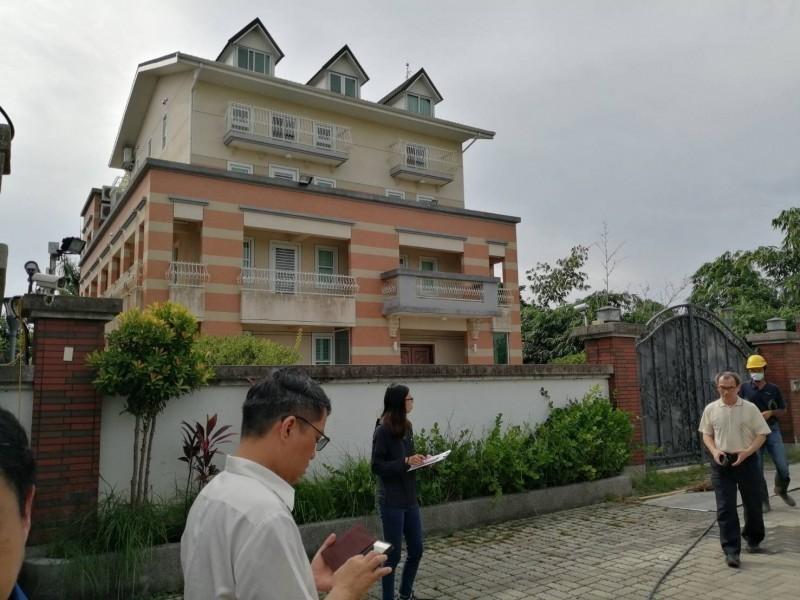 高雄市長韓國瑜妻李佳芬自己雇工拆違建,補繳空污費2739元。(圖由古坑鄉公所提供)