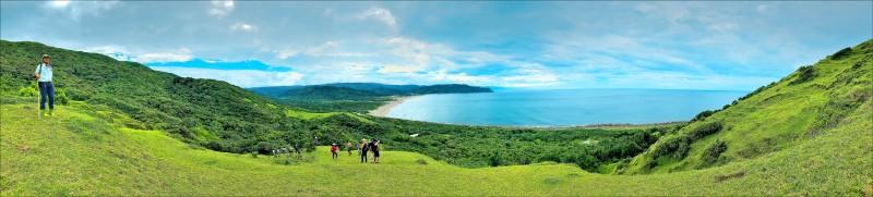 鼻頭草原有遼闊的草原與眺望八瑤灣的海景視野,沿著草坡步行,360度皆被美景所擁抱。(記者許麗娟/攝影)