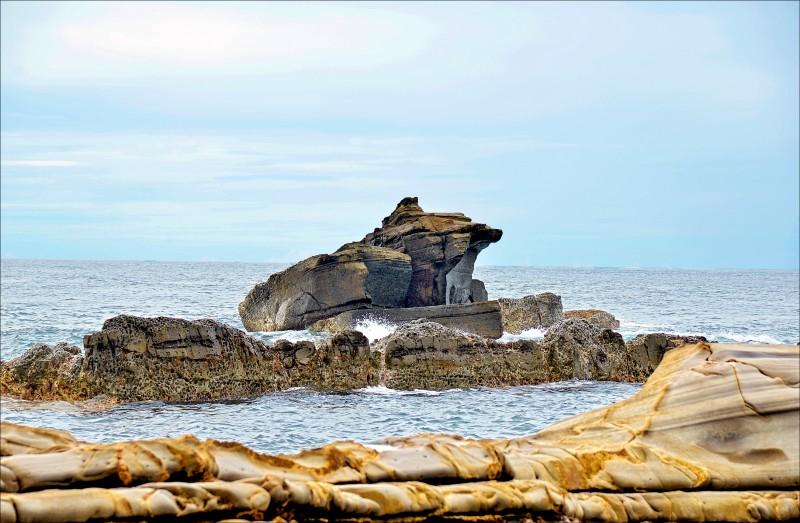 沿著海岸線自溪仔口往烏石鼻步行,沿途欣賞奇形怪狀的海蝕地形,至烏石鼻時,可見一隻大蟾蜍造型的海蝕岩佇立於海中。(記者許麗娟/攝影)