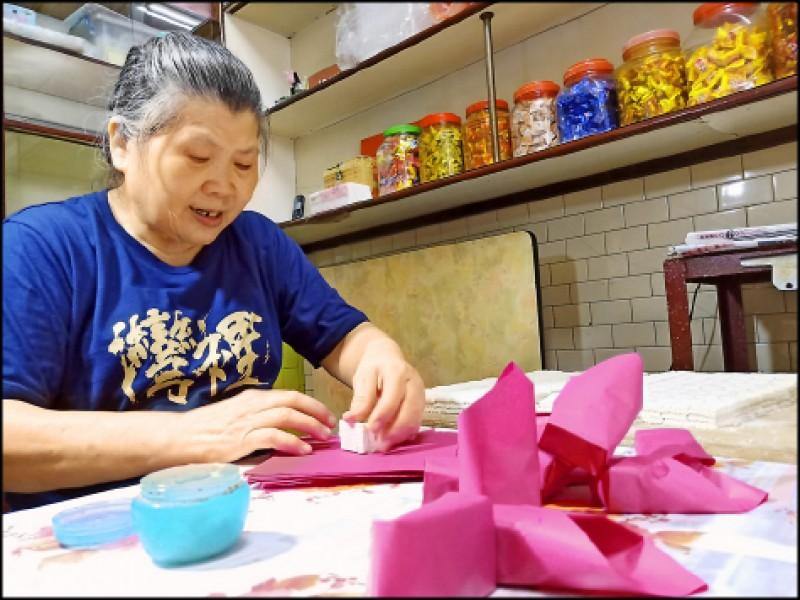 灣裡老街上還可見傳統香餅舖手作「糕封(祭祀或男女訂婚用的傳統糕餅)」的日常生活景象。(記者王姝琇/攝影)