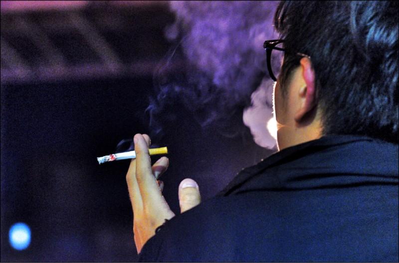 研究顯示,台灣吸菸者沒因菸商漲菸價而少吸菸。(資料照)