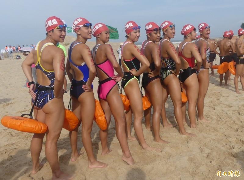 金門搶灘料羅灣下水前,女選手一字排開秀出健美好身材。(記者吳正庭攝)
