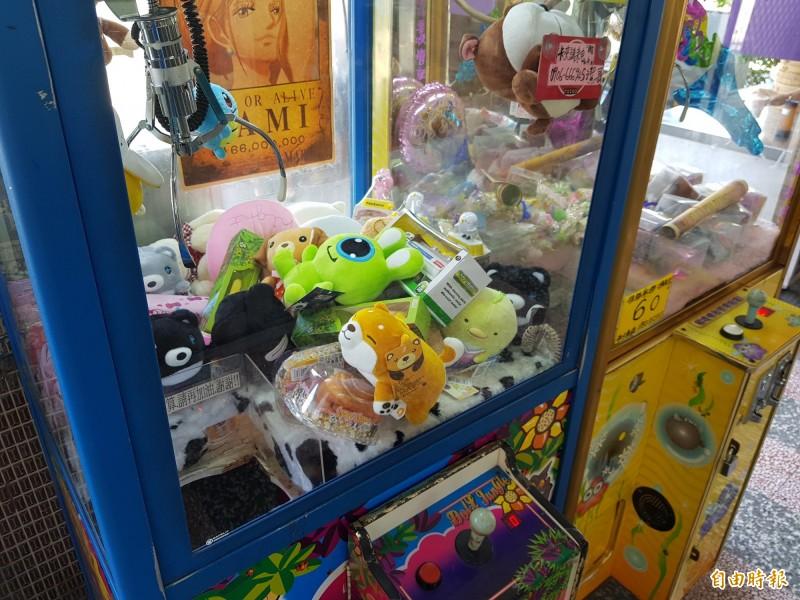 夾娃娃機盛行,街頭隨處可見,擺放在機台中的物品也琳瑯滿目。(記者彭健禮攝)