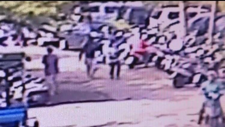 韓嫌(左2)行兇後,與被害人女兒快跑離現場。(記者洪臣宏翻攝)