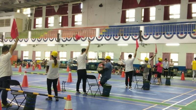 台鐵招營運人員今辦體測,考生要負重40公斤跑40公尺。(台鐵局提供)