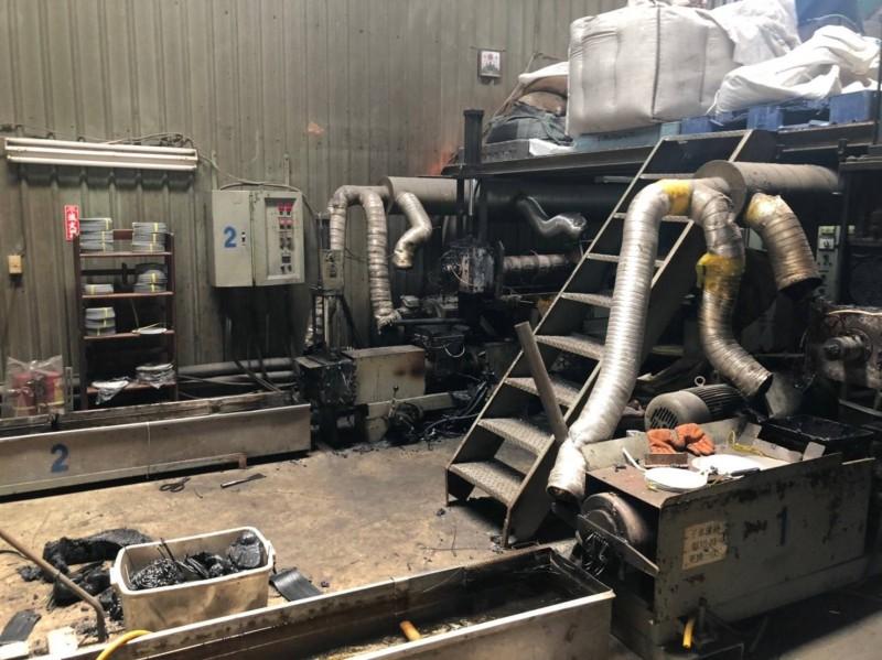 新北市環保局查獲三峽區三樹路222巷內廢塑膠加工廠,違規飄出廢氣。(新北市環保局提供)