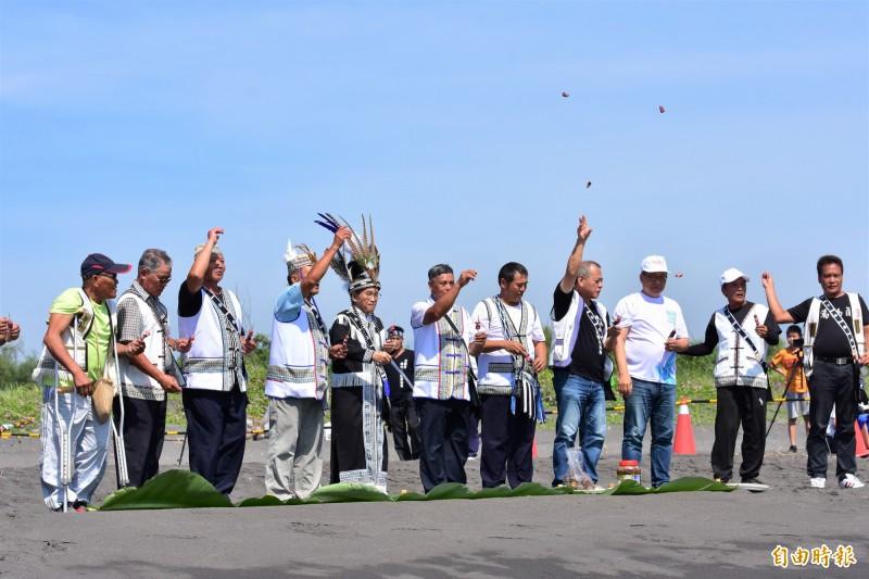 中斷近90年的噶瑪蘭族海祭今天上午在壯圍海濱重現,全台噶瑪蘭族人齊聚祭祖,為活動祈福。(記者張議晨攝)