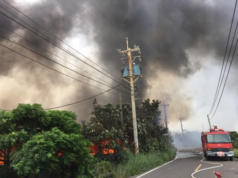 大園空地火災延燒一公頃,濃煙密布恐影響飛安。(消防局提供)