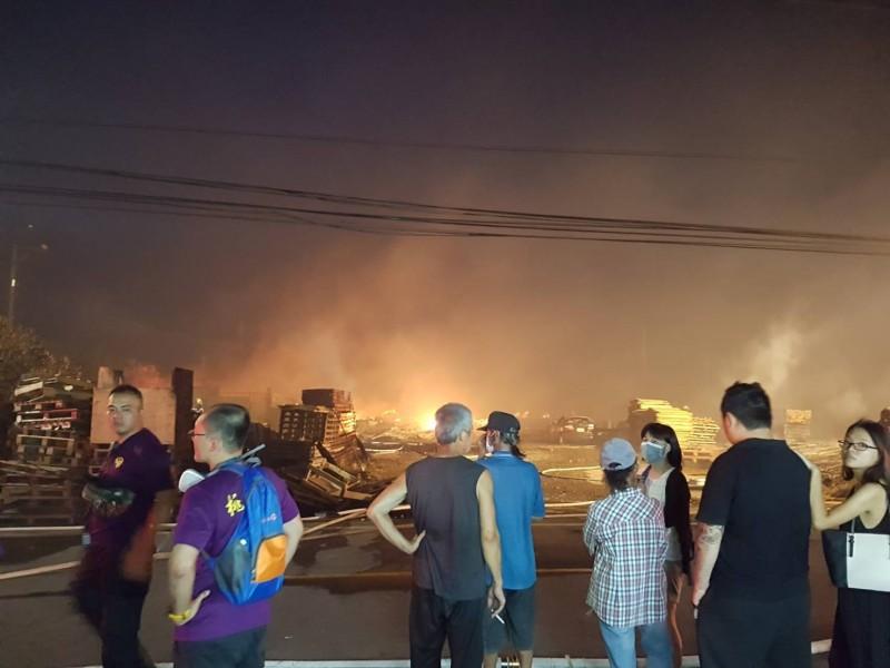 大園空地火災延燒一公頃,附近民眾駐足觀望。(消防局提供)