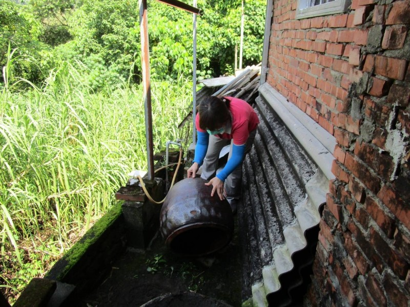 台南第9例登革熱出現,確診老翁的活動史不詳,防疫人員只能就目前得知的地區清潔、灑藥。(台南市衛生局提供)