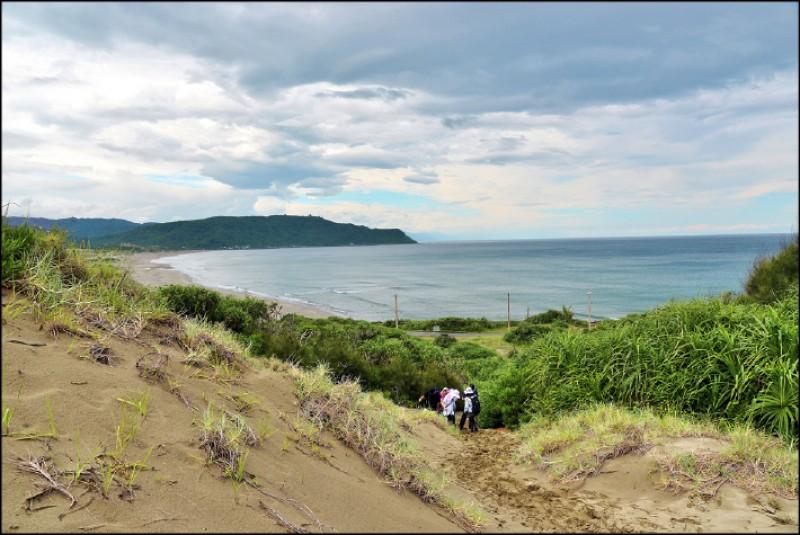 鼻頭草原的起點為風吹沙的坡地,沙質軟細,步行較耗體力,但路程不長。(記者許麗娟/攝影)