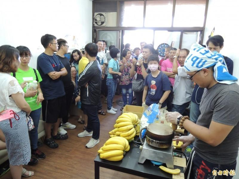 民眾分批進入黃捷服務處,等候購買廣德家香蕉煎餅。(記者王榮祥攝)
