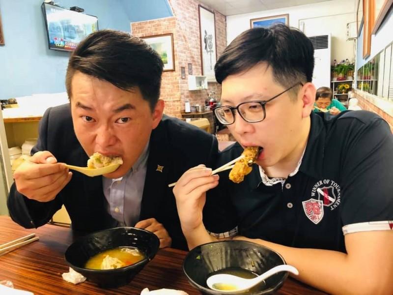 基進黨發言人陳柏惟與桃園市議員王浩宇「兩大韓黑」在高雄合體大啖美食,沒想到不斷有民眾跑來跟他們要「罷韓連署書」,讓他們覺得很有趣。(圖擷取自王浩宇臉書)
