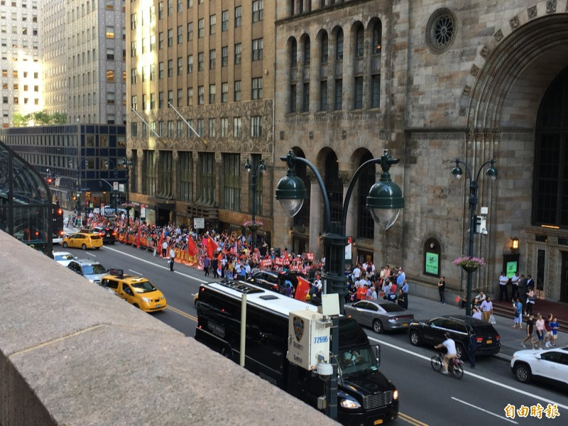 蔡總統出訪過境美國紐約遭中國僑民如影隨形抗議,當地時間12日下午聚集蔡英文於紐約下榻飯店前播放中華人民共和國國歌抗議。(特派記者楊淳卉攝)