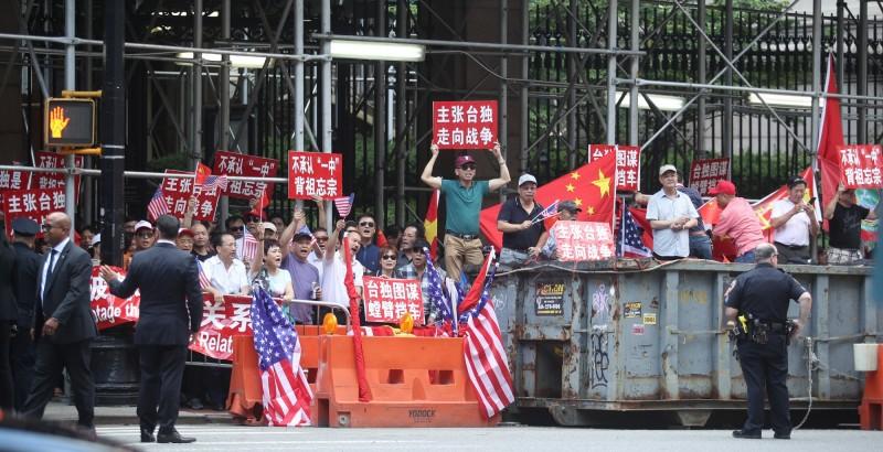 蔡總統前往哥倫比亞大學出席閉門會談時,中國僑民在場外抗議。(中央社)