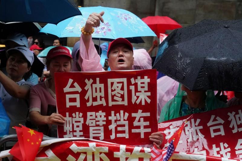 蔡總統抵達紐約第一天,中國僑民在蔡總統下榻飯店抗議並與支持者發生肢體衝突。(路透)
