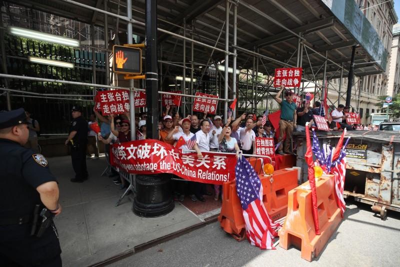 有中國僑民場外拉起「不准蔡英文破壞中美關係」布條,高喊「打倒蔡英文」、「台灣是中國的一部分」。(中央社)