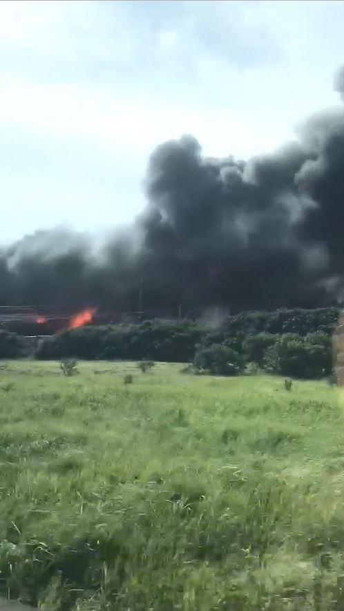 從影片中可以看到,現場濃煙密布、火光四起。(圖擷自爆料公社二社)