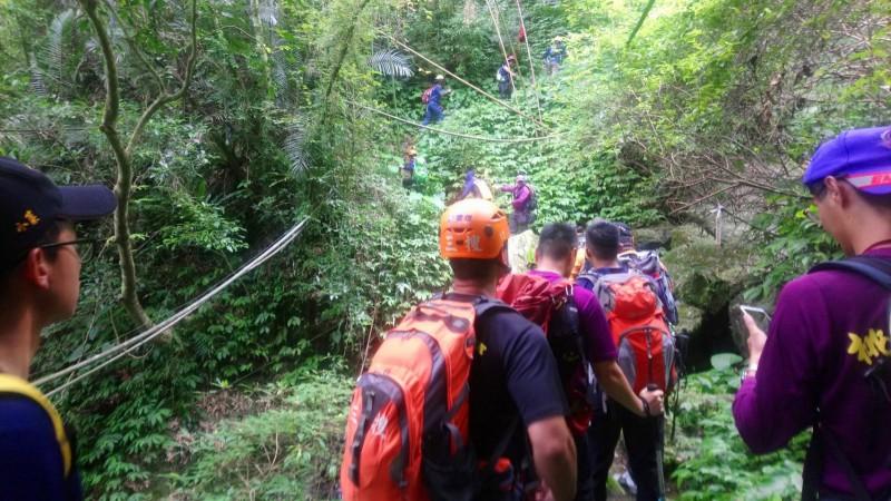 搜救隊伍由桃市消防隊員與台南消防隊員,加上民間搜救單位混編成隊,桃市消防局強調不可能隱瞞任何有助搜索的資訊。(記者許倬勛翻攝)
