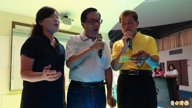 前總統陳水扁(圖左二)在台灣玻璃館開唱。(記者劉曉欣攝)