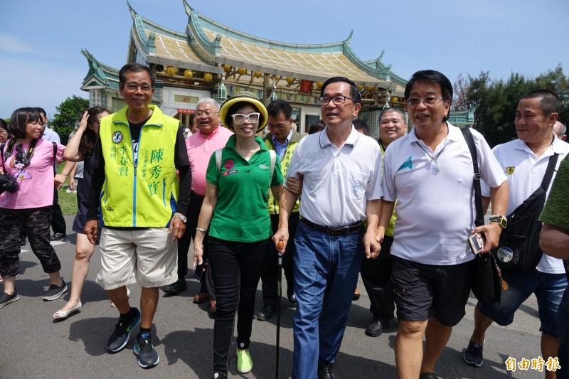 前總統陳水扁到玻璃廟參拜後,走到廟旁的台灣玻璃館參加簽書會。(記者劉曉欣攝)