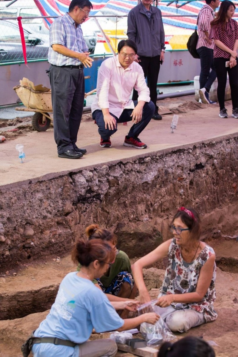 基隆市和平島考古開挖今年成果頗豐,基隆市長林右昌(後左二)7月12日前往考古開挖現場,向即將離台的西班牙考古團隊致謝。(記者俞肇福翻攝)