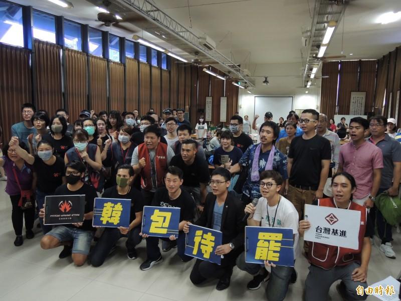 台灣基進黨與公民割草今聯手舉辦韓包待罷志工培訓活動。(記者王榮祥攝)