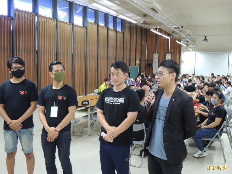 基進黨發言人陳柏惟(右2)和公民割草代表,說明罷韓進度與志工培訓目的。(記者王榮祥攝)