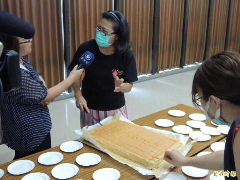 志工製作蛋糕給參與罷韓志工培訓課程的民眾。(記者王榮祥攝)