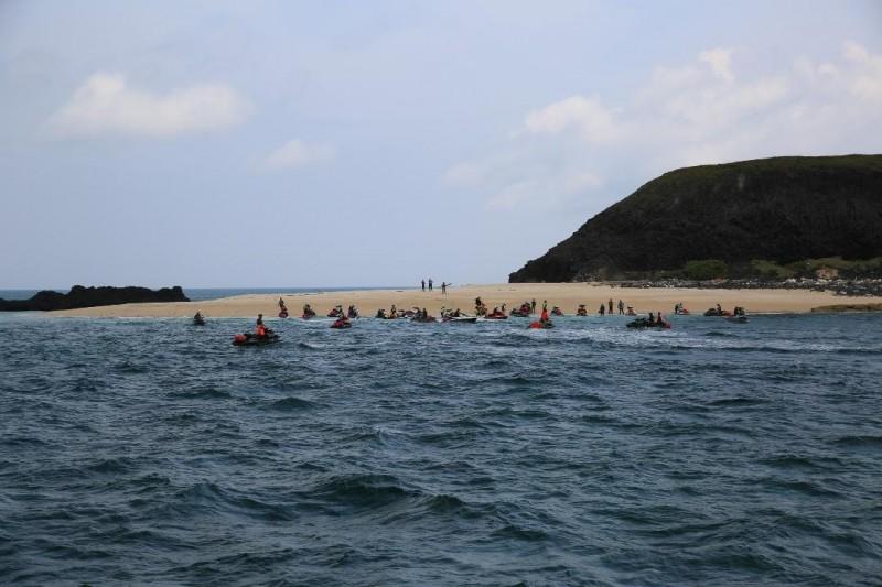 台灣水上摩托車隊,擅自登上澎湖玄武岩自然保留區,經民眾拍照檢舉。(民眾提供)