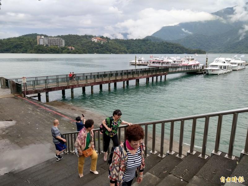日月潭朝霧碼頭是潭區遊客搭船重要據點,惟設備相較其他碼頭顯得陽春,僅有供遊客上下遊艇的引橋設施。(記者劉濱銓攝)