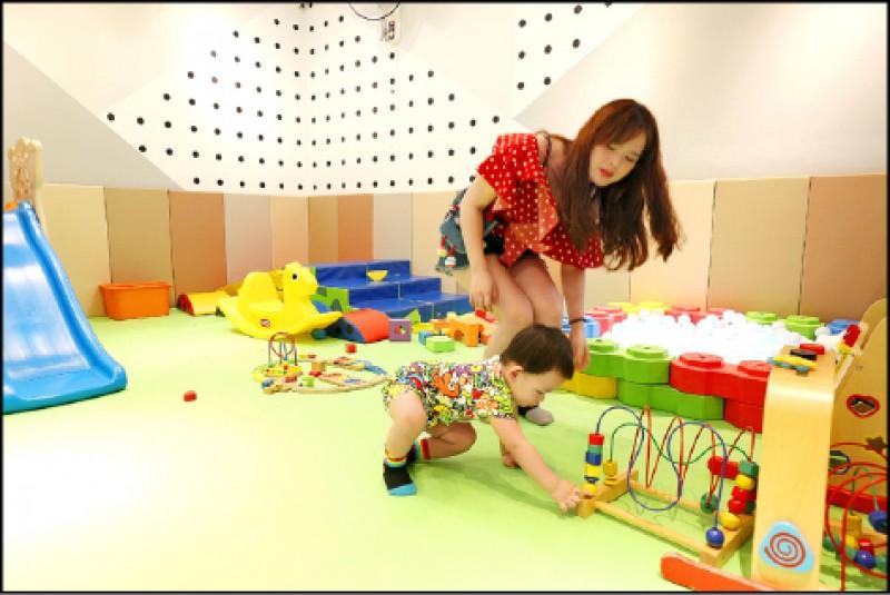 遊戲區另再細分一區為0到24個月的寶寶專區,專門讓還不太會走路或是只會爬行的寶寶玩樂,增進他們對這個世界的感知能力。(記者沈昱嘉/攝影)