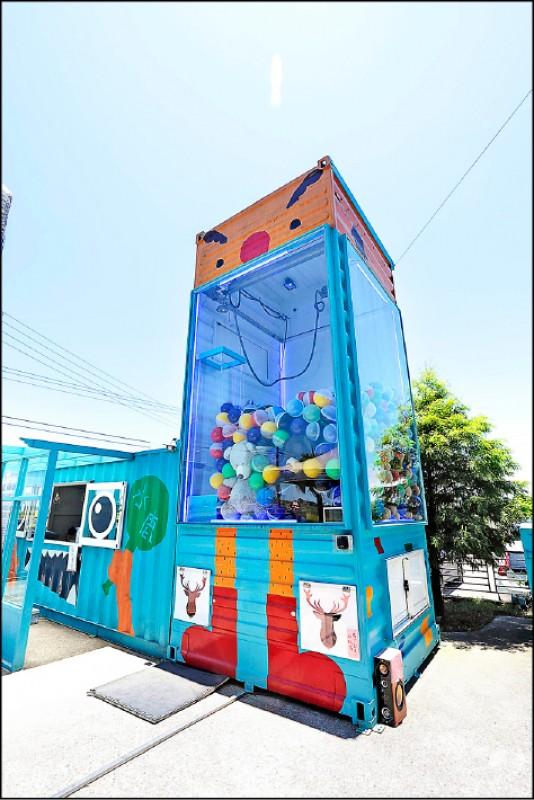 超過兩層樓高的巨型夾娃娃機是餐廳的另外一個亮點。(記者陳宇睿/攝影)