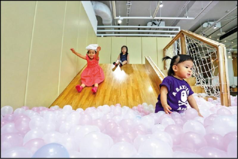 溜滑梯球池特別挑選環保材質、無塑膠味的粉色系泡泡球,小朋友可以安全又開心地玩樂,拍照也非常夢幻。(記者李惠洲/攝影)