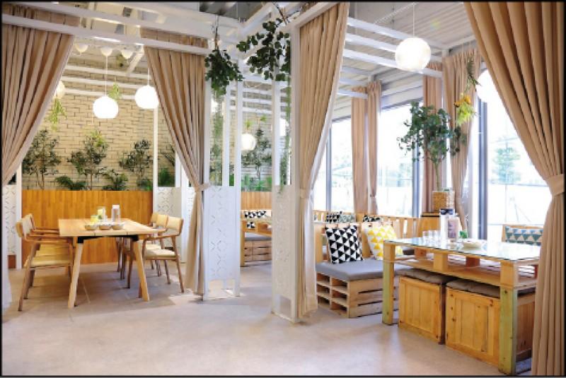 帷幕感棚架設計的用餐空間,讓座位區能減少彼此干擾,用餐也更優閒。(記者李惠洲/攝影)