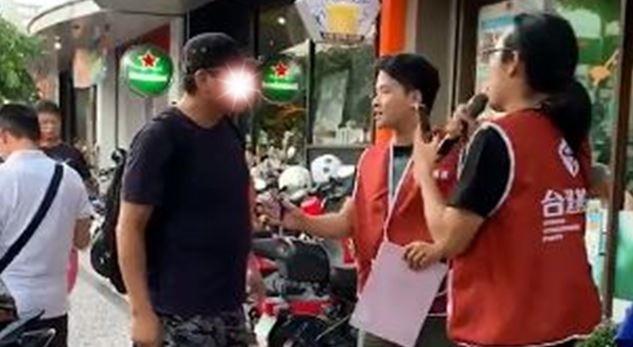 火爆韓粉對著志工叫囂,稱自己「很理性」地溝通。(圖擷取自基進黨臉書)