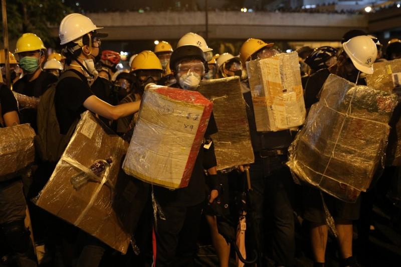 示威者持自製的紙盾牌。(歐新社)