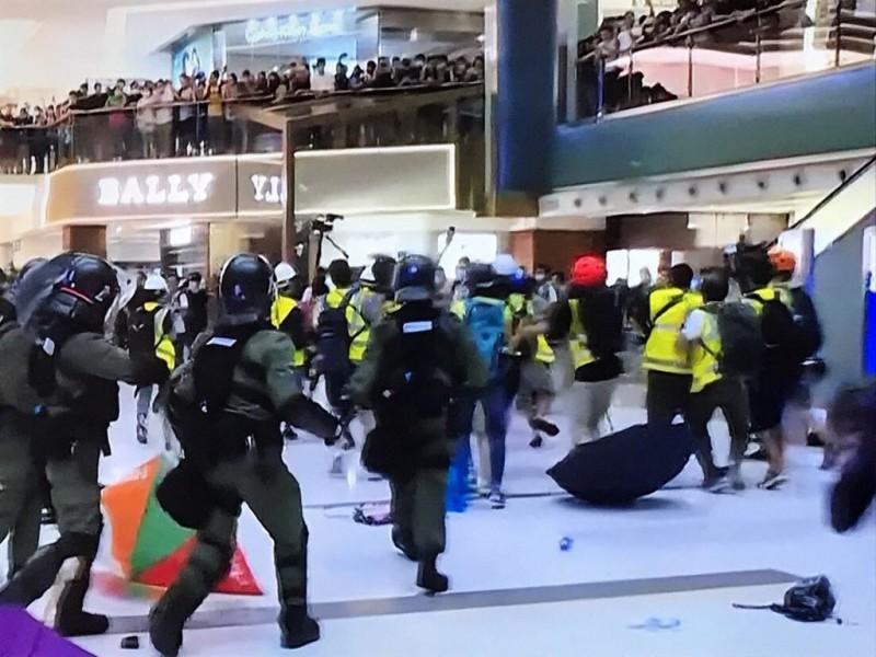 新城市廣場內的警察驅趕示威者。(圖擷取自TG_反送中以核實資訊頻道)
