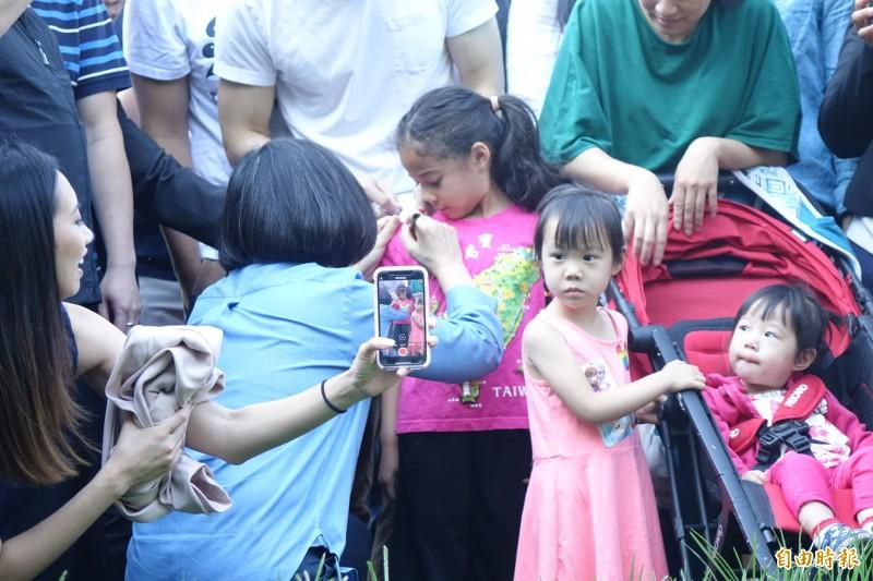小英總統在得到女童同意後,在女童衣服肩膀處簽名。(記者楊淳卉攝)
