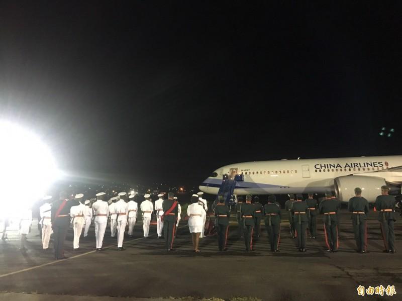 克國總理哈里斯(Timothy Harris)在機場親自迎接蔡英文,並共同檢閱警察、國防陸軍及海巡隊員的儀隊,當地台僑熱情也到場歡迎蔡英文。(記者楊淳卉攝)