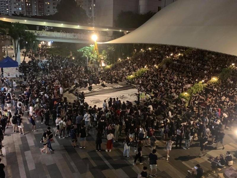 沙田大會堂旁的百步梯已聚集大批示威者。(圖擷取自臉書_沙田一隅)