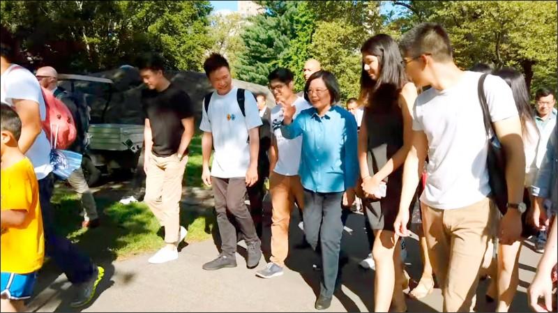 總統蔡英文(右三)在紐約過境行程的最後一天,特別安排在中央公園與台灣留學生見面並一起健走,氣氛輕鬆、歡愉。(取自總統府網站)