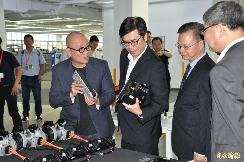 行政院副院長陳其邁(右三)參訪Gogoro工廠。(記者周敏鴻攝)