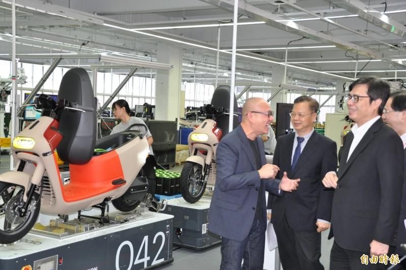 行政院副院長陳其邁(右一)參訪Gogoro工廠。(記者周敏鴻攝)