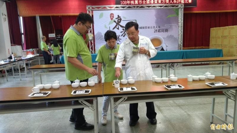 「全國東方美人茶評鑑比賽」在龜山區農會舉辦。(記者周敏鴻攝)