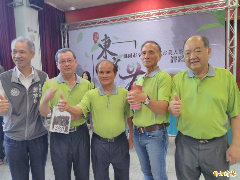 茶農林雨暘(右2)贏得「全國東方美人茶評鑑比賽」特等獎。(記者周敏鴻攝)