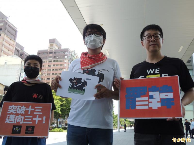 公民割草行動與WeCare高雄,宣佈罷韓連署即刻升級。(記者王榮祥攝)