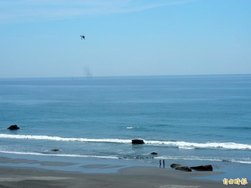 海巡署的無人機可就近探詢岸際的活動,連在海灘的泳客也監偵得到。(記者王秀亭攝)
